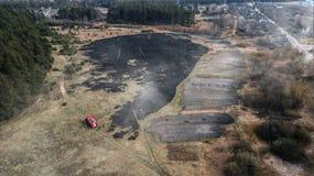 Luftbrummenansicht eines verheerenden Feuers in einem Gras und in einem Waldgebiet lizenzfreies stockfoto