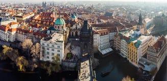 Luftbrummenansicht Prag, Tschechische Republik Die Charles Bridge Karluv Most Old-Stadtturm-Moldau-Fluss Panorama stockfotos