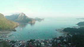 Luftbrummenansicht von den Booten verankert in der Bucht mit Wasser des freien Raumes und des Türkises Boot und Yacht in der trop stock video