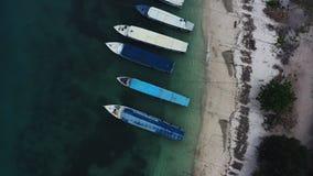 Luftbrummenansicht von den Booten verankert in der Bucht mit Wasser des freien Raumes und des T?rkises stock video
