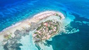 Luftbrummenansicht von kleiner Karibikinsel Tabak Caye im Belize-Wallriff stockbilder