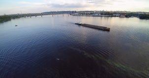 Luftbrummenansicht von Lastkahn Scow auf Sonnenuntergang Fluss Dnepr Dnipro Kiew Ukraine stock video footage