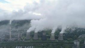 Luftbrummenansicht von Pfeifen und von Kühltürmen des Kohlenwärmekraftwerks Abdampf des Wärmekraftwerkes stock footage