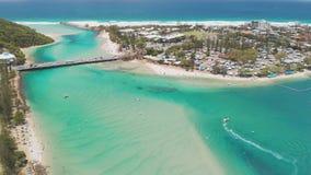 Luftbrummenansicht von Tallebudgera-Nebenfluss und von Strand auf Gold Coast, Queensland, Australien stock video footage