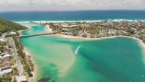 Luftbrummenansicht von Tallebudgera-Nebenfluss und von Strand auf Gold Coast, Queensland, Australien stock footage