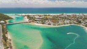 Luftbrummenansicht von Tallebudgera-Nebenfluss und von Strand auf Gold Coast, Queensland, Australien stock video