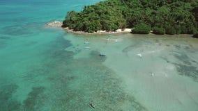 Luftbrummenansicht von traditionellen Philippinen-Booten verankert in der Bucht mit Wasser des freien Raumes und des Türkises tro stock footage