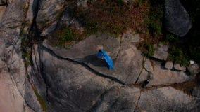 Luftbrummenansichtfrau im blauen Kleidertanzen auf Fusions-Hintergrundmeer der Klippe Stammes-, Bungalow stock video footage