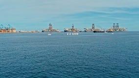 Luftbrummenbild des Hafens mit Frachtbehälteröltankern und -Segelbooten am Eingangsbereich lizenzfreie stockbilder