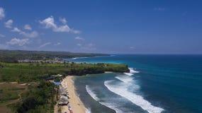 Luftbrummenfoto des Strandes und des tropischen Wassers lizenzfreie stockfotografie
