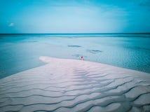 Luftbrummenfoto - eine Frau in den Malediven-Inseln stockfoto
