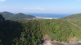 Luftbrummenfoto-Rückseitenansicht von Loh Lana Bay, Teil von ikonenhafter tropischer Phi Phi-Insel Stockfoto