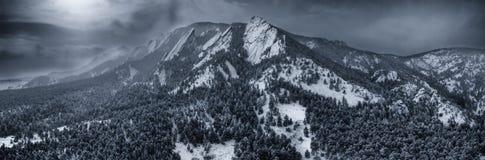 Luftbrummenfoto - schöner Schnee bedeckte Plätteisenberge im Winter Boulder, Kolorado lizenzfreies stockfoto
