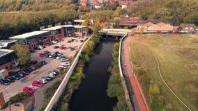 Luftbrummengesamtlänge entlang dem Fluss Don - ein typischer Überschwemmungsstandort, in Sheffield, South Yorkshire, Großbritanni stock video