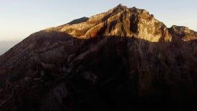 Luftbrummengesamtlänge mit Leuten auf dem Berg Agung Summit, Bali stock video footage