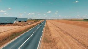 Luftbrummengesamtlänge von kleine Sonnenkollektoren bewirtschaftet und Straßenverkehr stock video footage
