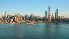 Luftbrummengesamtlänge von New- Yorkskylinen stock video