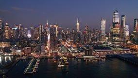 Luftbrummengesamtlänge von New- Yorkskylinen an der Dämmerung stock video