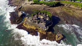 Luftbrummengesamtlänge von Pura Tanahlot Temple auf der Bali-Insel stock footage