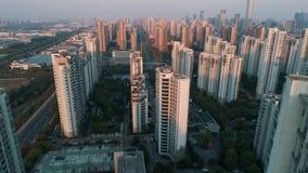 Luftbrummenschuß über Wohnwohngebäuden auf Sonnenuntergang Luftschuß über Gemeinschaftsappartementkomplex in China stock video footage