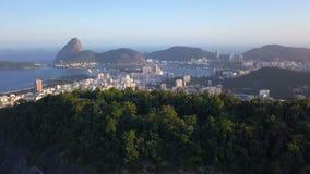 Luftbrummenvideoaufnahmen Rio de Janeiro Brazil Zuckerhutstadtlinie, -berg und -strände stock footage