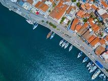 Luftbrummenvogel ` s Augen-Ansichtfoto von Poros-Insel eine berühmte Bucht und eine Yacht beherbergten mit ruhigen Wasser, Griech Stockfoto