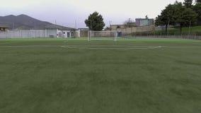 Luftbrummenvogel ` s Augenansicht des Fußballplatzes stock video footage