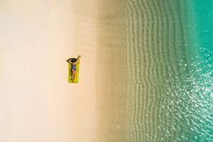 Luftbrummenvogelperspektive des schönen Mädchens, das Spaß auf dem sonnigen tropischen Strand hat seychellen stockbilder