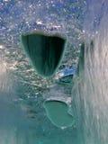 Luftbubblor som fångas under djupfryst isyttersida Arkivfoto