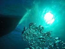 Luftbubblor som upp till går yttersidan in mot solen och Diven royaltyfri fotografi