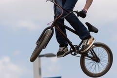 Luftburen BMX-cyklist arkivbild