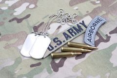 Luftburen flik för USA-ARMÉ, flaggalapp, med hundetiketten och 5 56 mmrundor på likformign Royaltyfri Fotografi