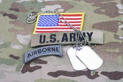 Luftburen flik för USA-ARMÉ, flaggalapp, med hundetiketten på kamouflagelikformign Arkivbild