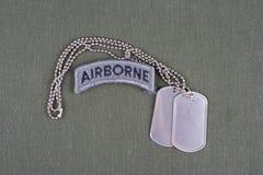 Luftburen flik för USA-ARMÉ med hundetiketten på likformign för olivgrön gräsplan Royaltyfri Fotografi