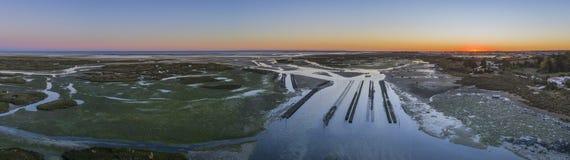 Luftdämmerungsmeerblick der Austernproduktion, in Ria Formosa-Sumpfgebieten, Algarve Lizenzfreie Stockfotos