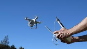 Luftdarstellung Multicopter, Videobrummen, schwebend, Start stock video footage