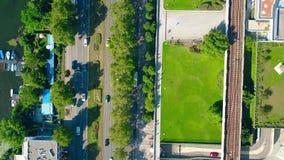 Luftder spitze Ansicht unten der Autostraße, des Bootsliegeplatzes und der Eisenbahn an einem sonnigen Sommertag Unterschiedliche Lizenzfreie Stockfotos