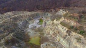 Luftdrohnenfilm des verlassenen Tagebaubergwerkes stock footage