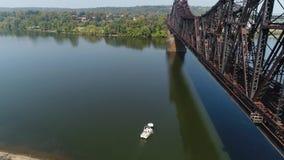 Lufteinspieler der Boots-Produkteinführung unter Eisenbahn-Brücke stock footage