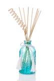 Lufterfrischerflasche mit duftenden Stöcken Stockfotos