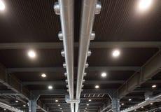 Luftfördelningssystem i en industribyggnad Royaltyfri Foto