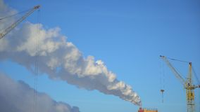 Luftförorening från industrianläggningar Stor växt på bakgrunden av staden Rör som kastar rök i himlen lager videofilmer