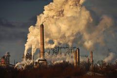 Luftförorening från oljeraffinaderi Arkivfoto
