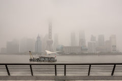 Luftförorening höghus som döljas i tung smog, Bund Shanghai Royaltyfria Foton