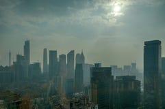 Luftförorening i Guangzhou Kina; luftförorening; miljöbelastning; skada miljön; ogenomskinlighet smog, dimma över stad Arkivfoto