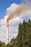 Luftförorening som kommer från fabrikslampglaset Royaltyfri Foto
