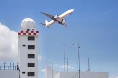 Luftfahrtwetterstationsturm oder Wetterradarhaubenstationsturm im Flughafen mit dem Passagierflugzeug-Jet-Start lizenzfreies stockbild