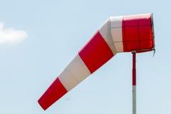 Luftfeld-Wegweiserflagge lizenzfreie stockfotos