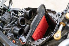 Luftfilter in einem Sport Motorrad Verarbeitung, zum des Maschinenluftfilters zu ändern Luftfilter in den Anwendungen in denen Lu lizenzfreie stockbilder
