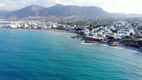 Luftfliege über Meer, Panorama auf Kreta-Insel und Küstenstadt stock video footage